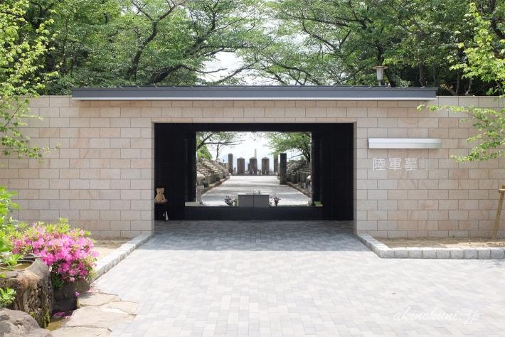 陸軍墓地入口から墓地を望む