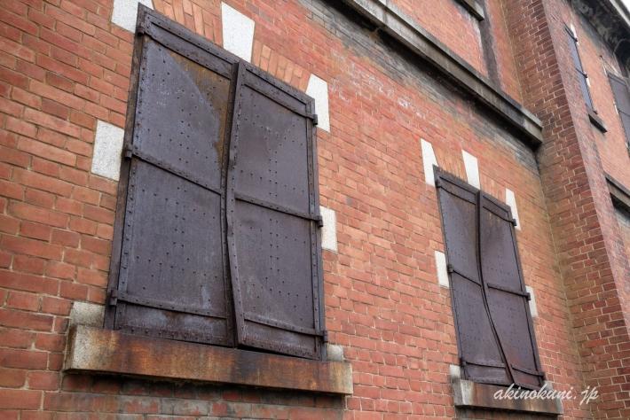 爆風により歪んだ窓の鉄製扉
