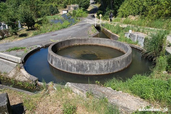 千足池の円筒分水 4つの水路に