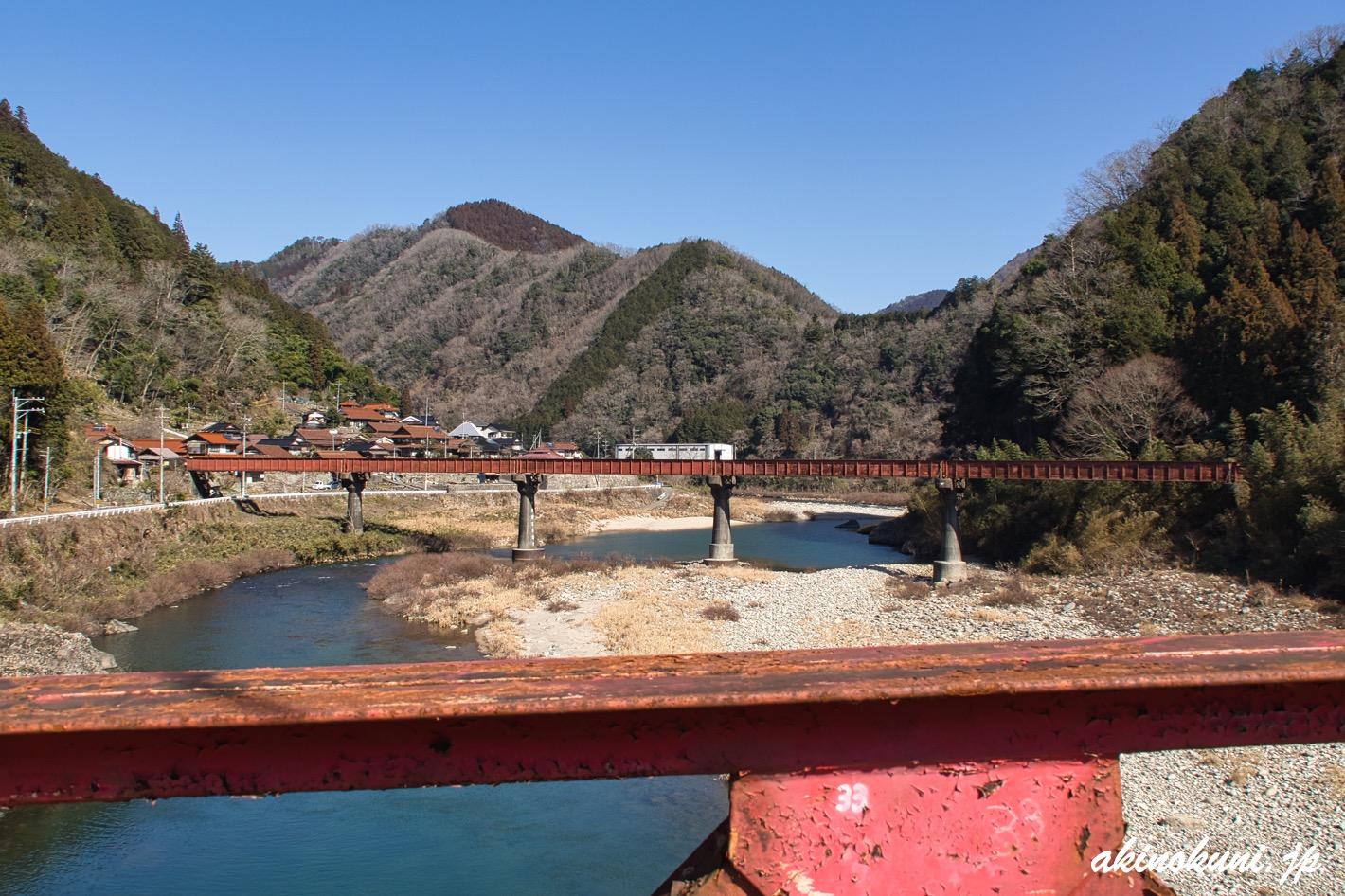 上流側に旧可部線の橋梁