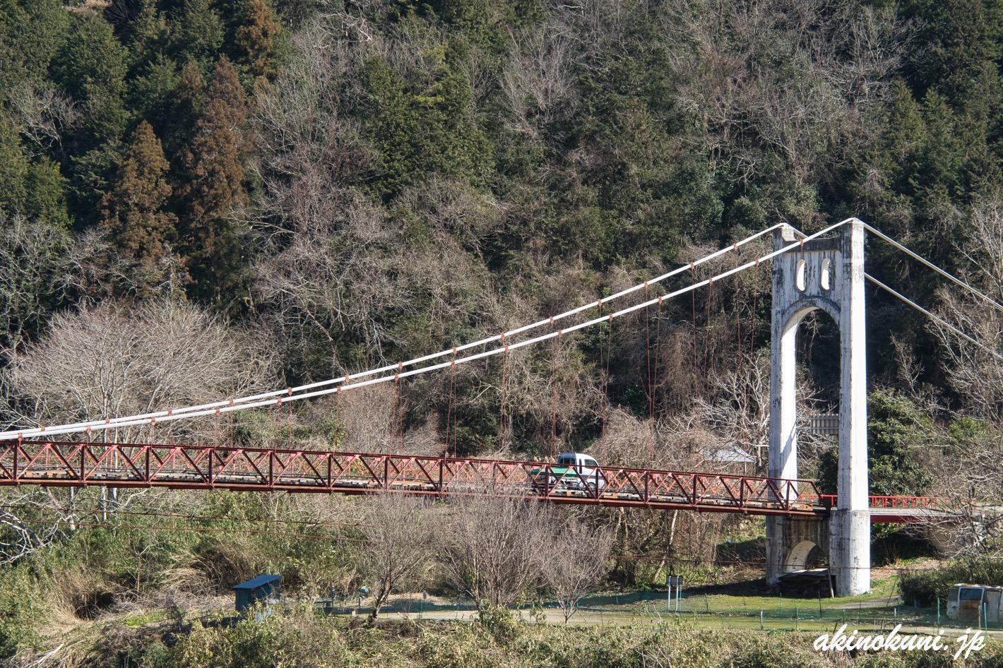 宇賀大橋を渡る軽自動車