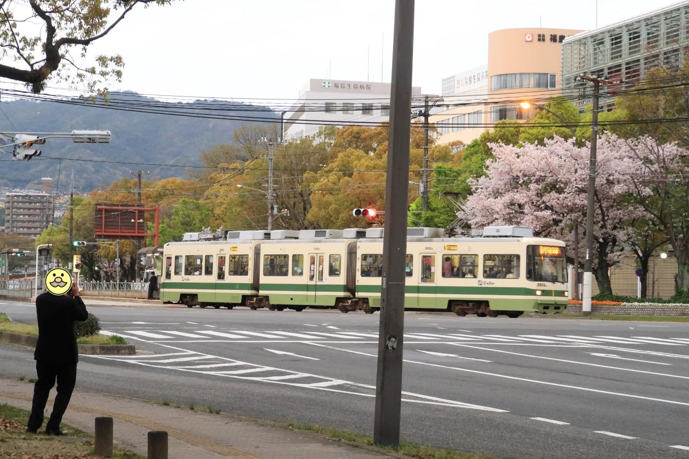 桜と広電電車を撮る人 2021年
