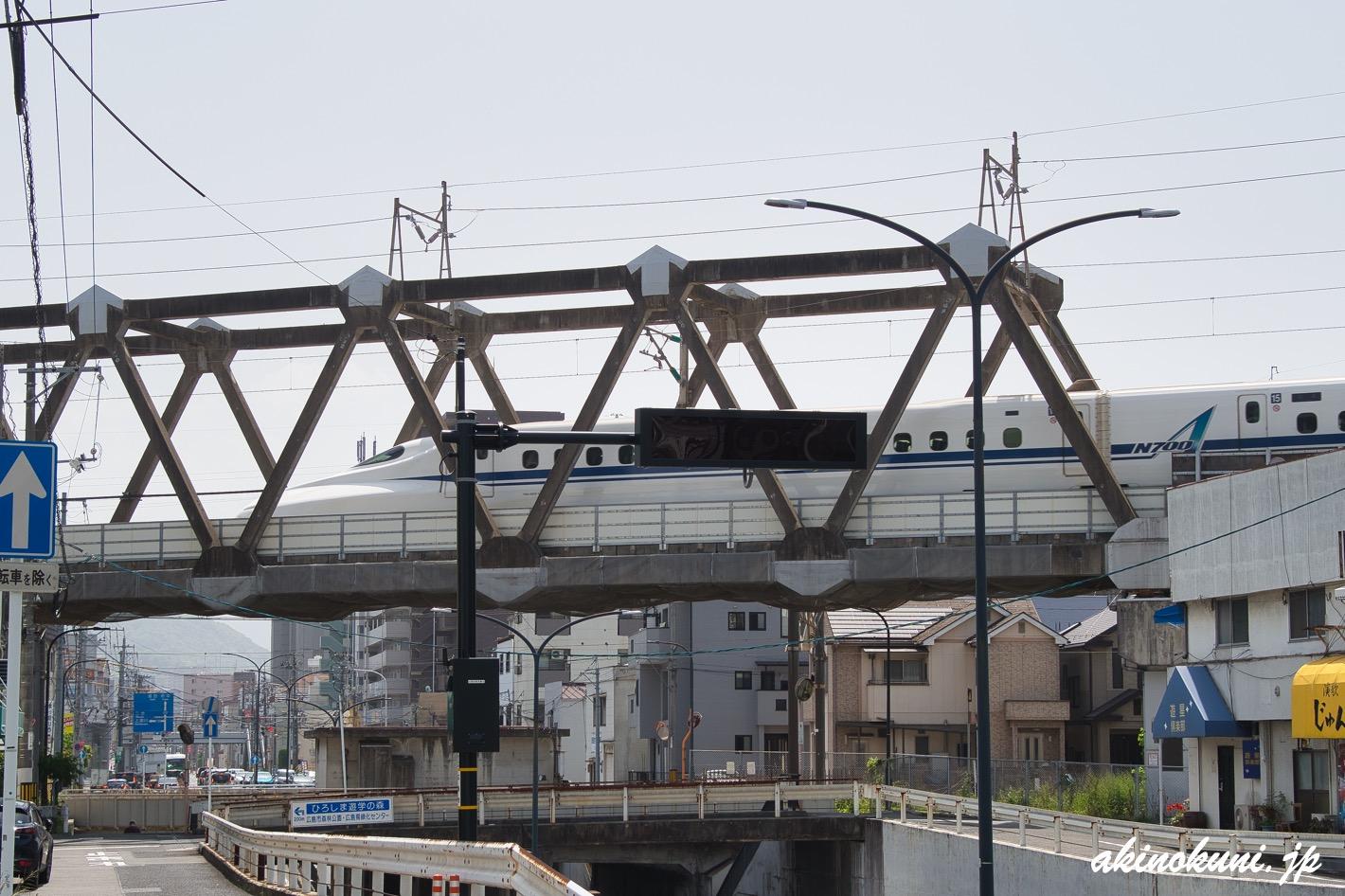 岩鼻架道橋を走る新幹線